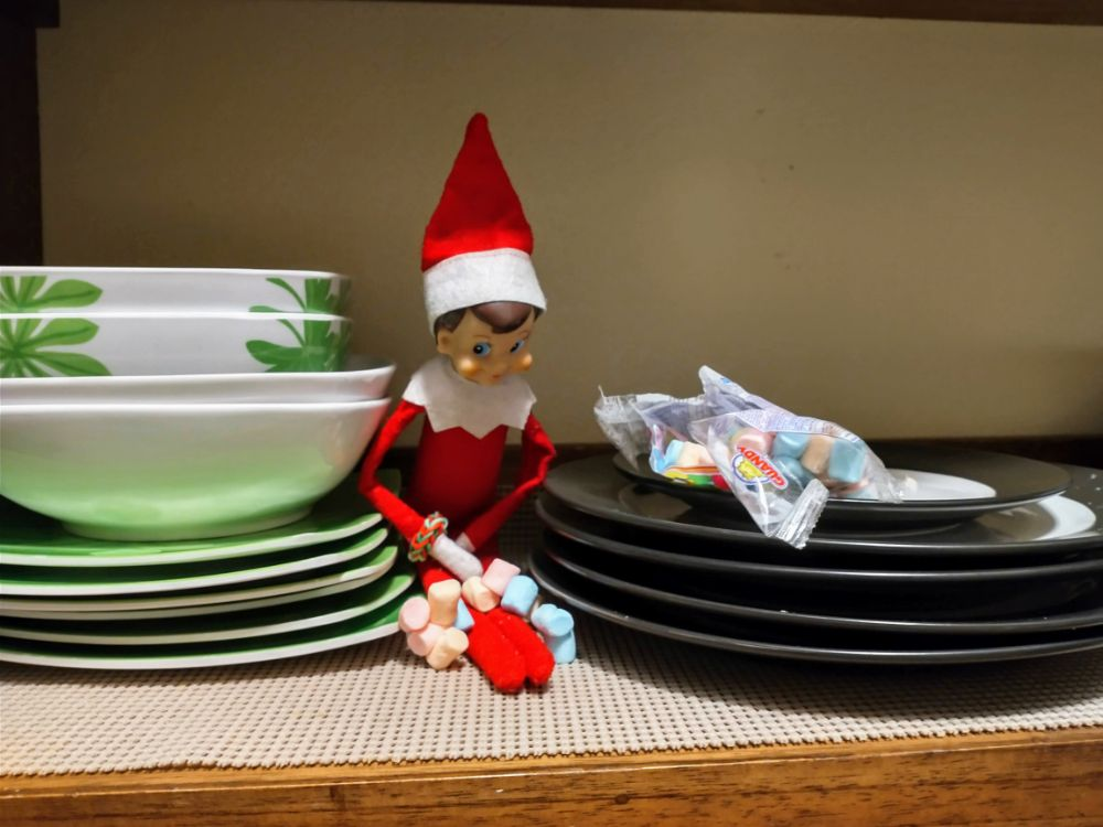 A Christmas Story in Panama… Back in Lockdown! - Elf the G Sneaking Candy